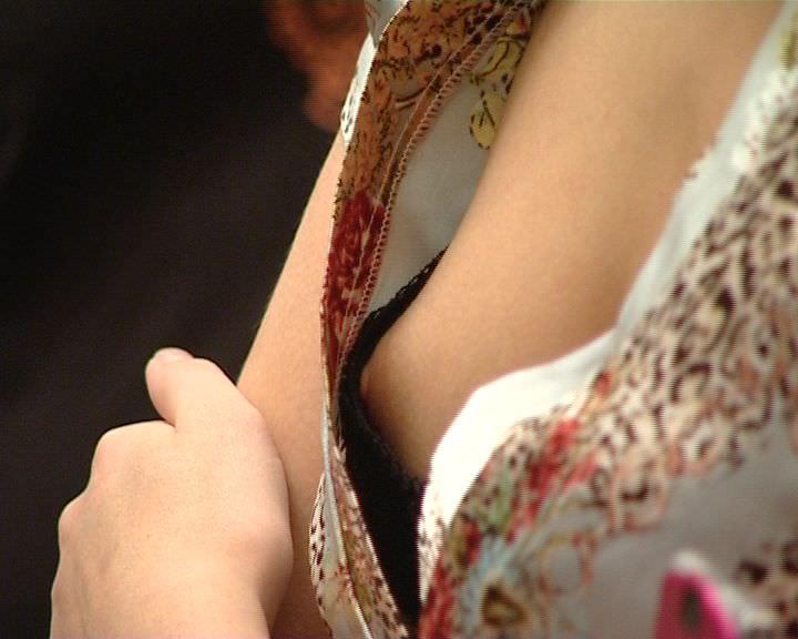 【盗撮街撮り】胸チラしてる素人の乳首が見えた時のエロさは異常wwww 2537