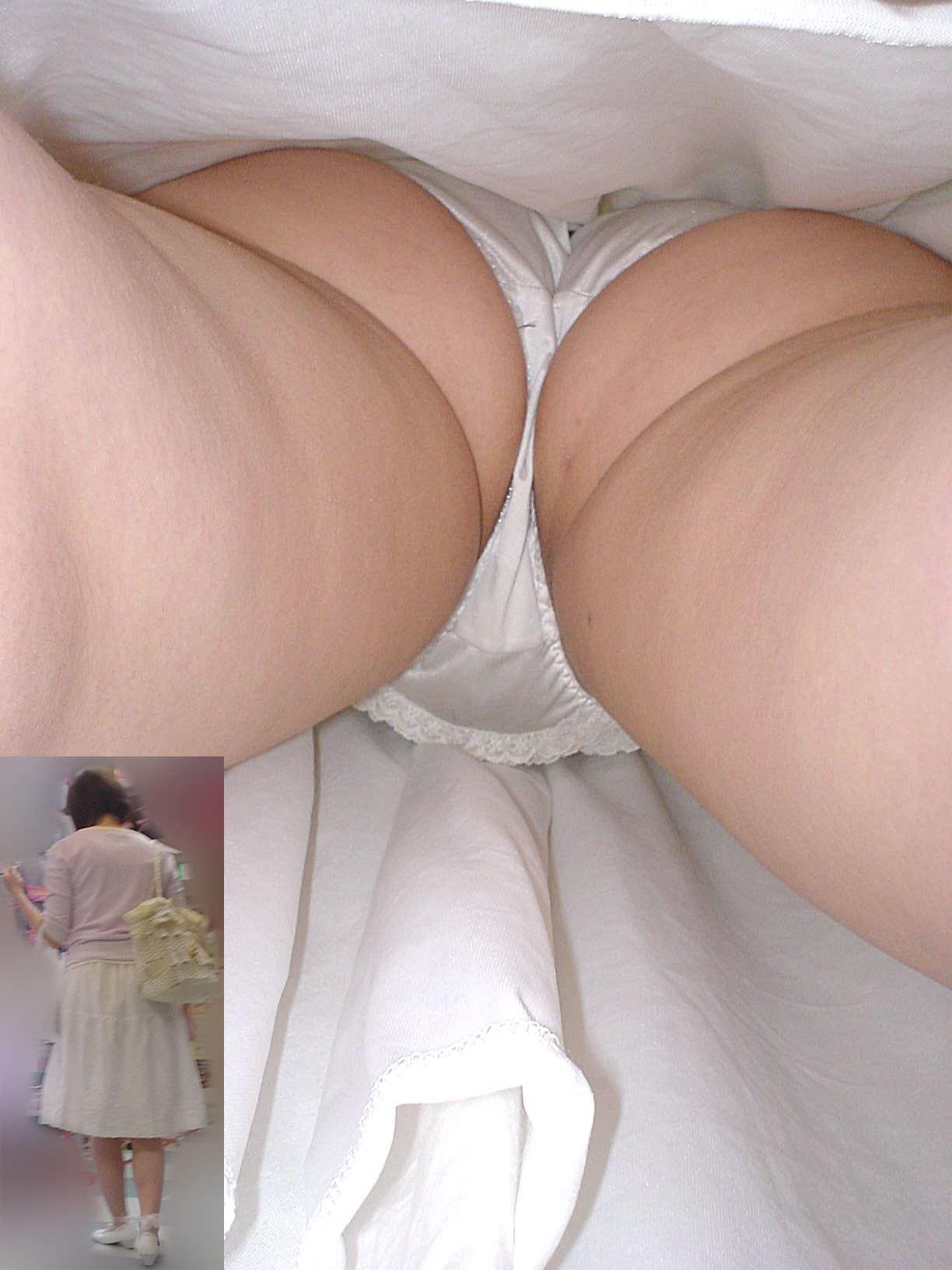【逆さ撮り盗撮】香ばしくて酸っぱい匂いがする真っ白なパンティーの素人娘のパンチラwwwww 2727