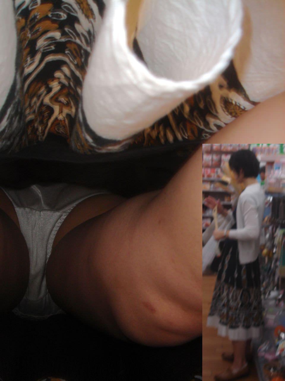【逆さ撮り盗撮】香ばしくて酸っぱい匂いがする真っ白なパンティーの素人娘のパンチラwwwww 2730