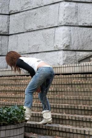 尿意を抑えきれずジーパン履いたままお漏らししている素人女性wwwwww 0303
