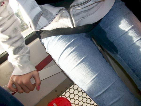 尿意を抑えきれずジーパン履いたままお漏らししている素人女性wwwwww 0315