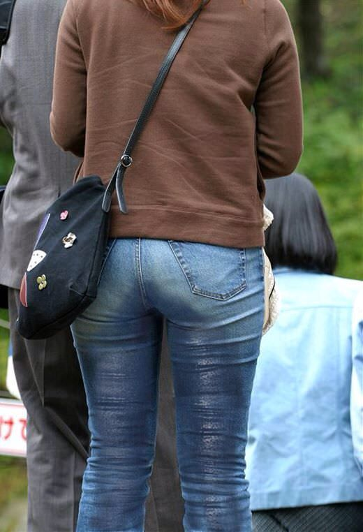 尿意を抑えきれずジーパン履いたままお漏らししている素人女性wwwwww 0317
