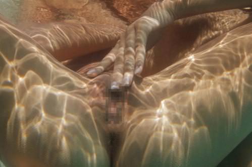 マン汁プールに混ぜんなよ~www海・温泉・プールの水中でおまんこ晒す素人まーんのエロ画像 0403
