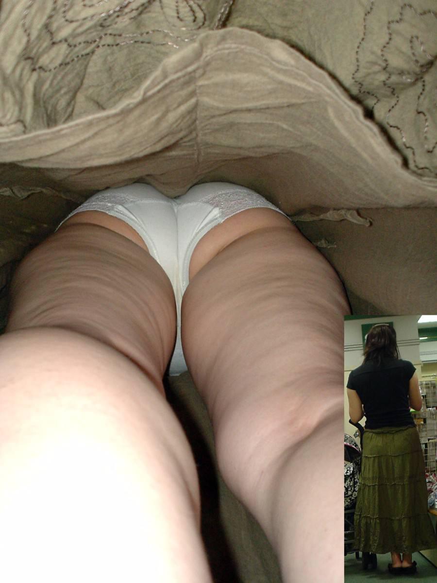 素人女子がロングスカートで絶対大丈夫とたかをくくった結果 → 余裕の逆さパンチラwwww 0636