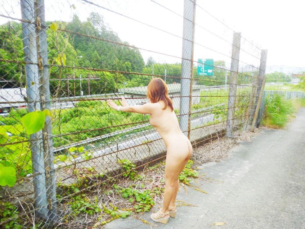 【素人投稿】布一枚も許されない完全全裸で街を歩くド変態素人女子の野外露出wwwww 0742