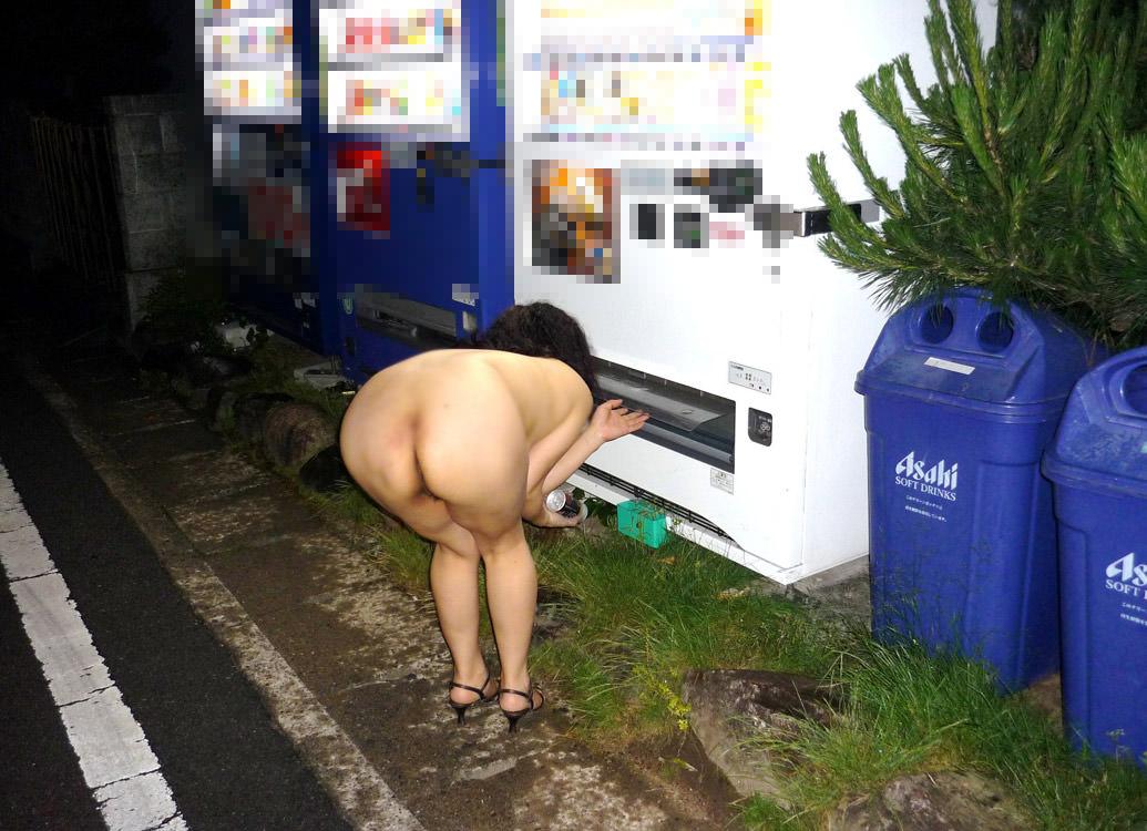 【素人投稿】布一枚も許されない完全全裸で街を歩くド変態素人女子の野外露出wwwww 0745