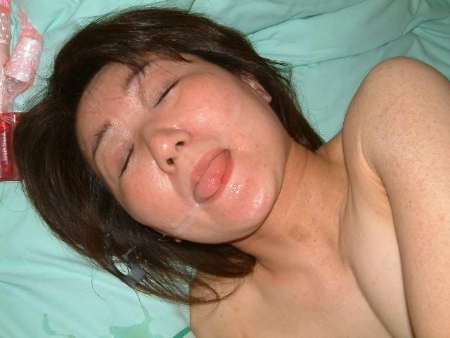 【熟女顔射】若いチンコが不倫中の人妻の顔面をザー汁だらけにwww 1010
