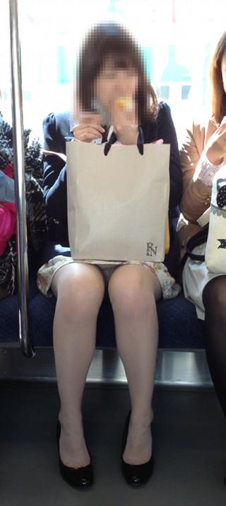 電車の座席にミニスカで座る素人娘をターゲットにパンチラ盗撮wwww 2423