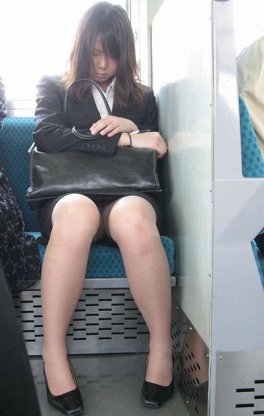 電車の座席にミニスカで座る素人娘をターゲットにパンチラ盗撮wwww 2424