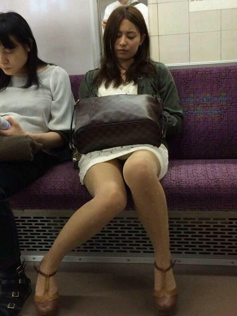 電車の座席にミニスカで座る素人娘をターゲットにパンチラ盗撮wwww 2425