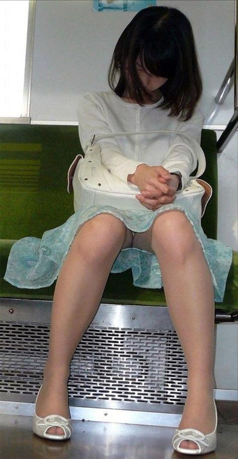 電車の座席にミニスカで座る素人娘をターゲットにパンチラ盗撮wwww 2427