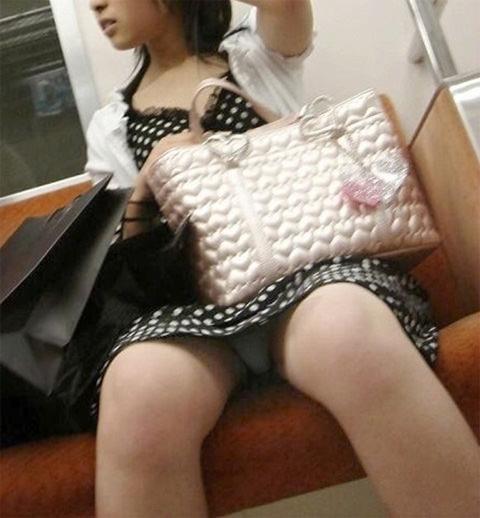 電車の座席にミニスカで座る素人娘をターゲットにパンチラ盗撮wwww 2429