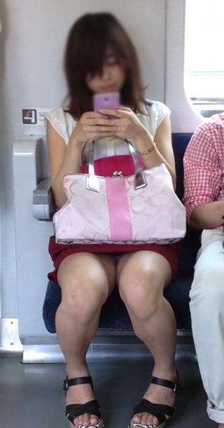 電車の座席にミニスカで座る素人娘をターゲットにパンチラ盗撮wwww 2431