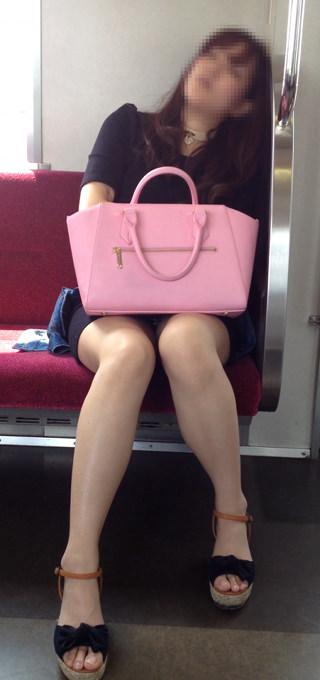 電車の座席にミニスカで座る素人娘をターゲットにパンチラ盗撮wwww 2432