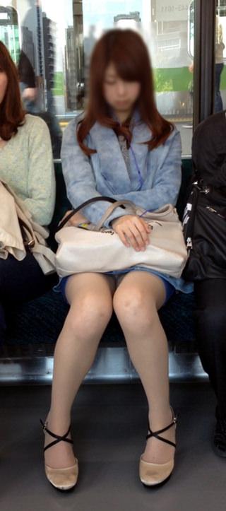 電車の座席にミニスカで座る素人娘をターゲットにパンチラ盗撮wwww 2433