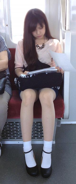 電車の座席にミニスカで座る素人娘をターゲットにパンチラ盗撮wwww 2434