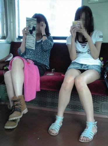 電車の座席にミニスカで座る素人娘をターゲットにパンチラ盗撮wwww 2435
