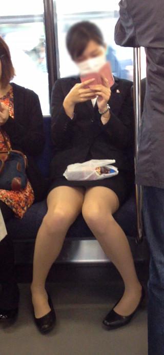 電車の座席にミニスカで座る素人娘をターゲットにパンチラ盗撮wwww 2436