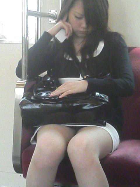 電車の座席にミニスカで座る素人娘をターゲットにパンチラ盗撮wwww 2437