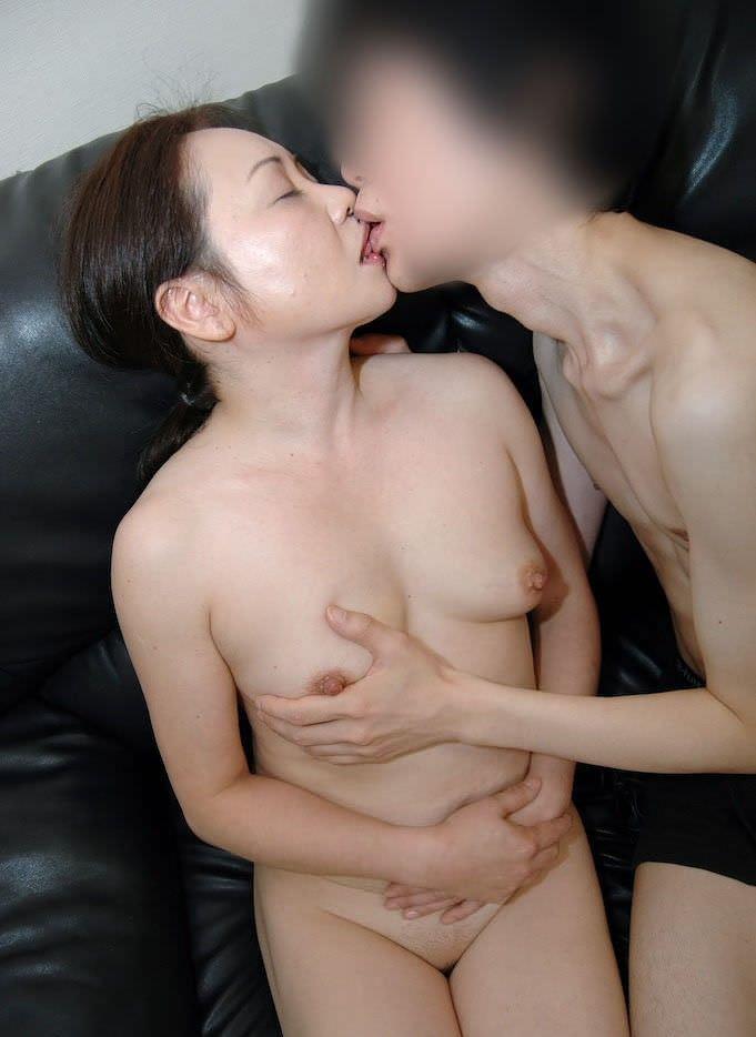 唾液がネッチョリ濃そうな素人熟女の熱いキスwwww 2916