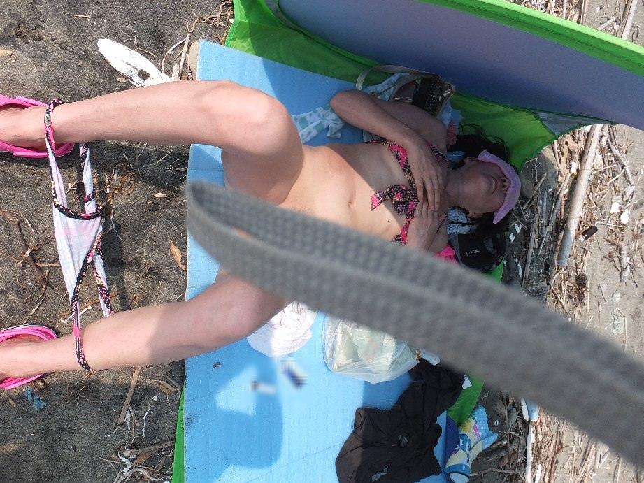 肉感的ボディーのエロ人妻がピチピチ水着姿で男を誘惑wwwwww 0605