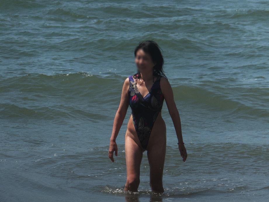 肉感的ボディーのエロ人妻がピチピチ水着姿で男を誘惑wwwwww 0612