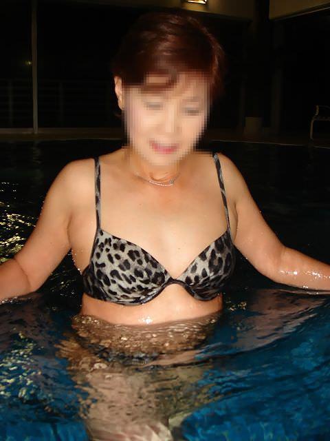肉感的ボディーのエロ人妻がピチピチ水着姿で男を誘惑wwwwww 0617