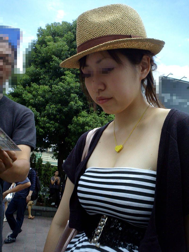着衣おっぱいという強烈にエロい素人を盗撮街撮りエロ画像 0830