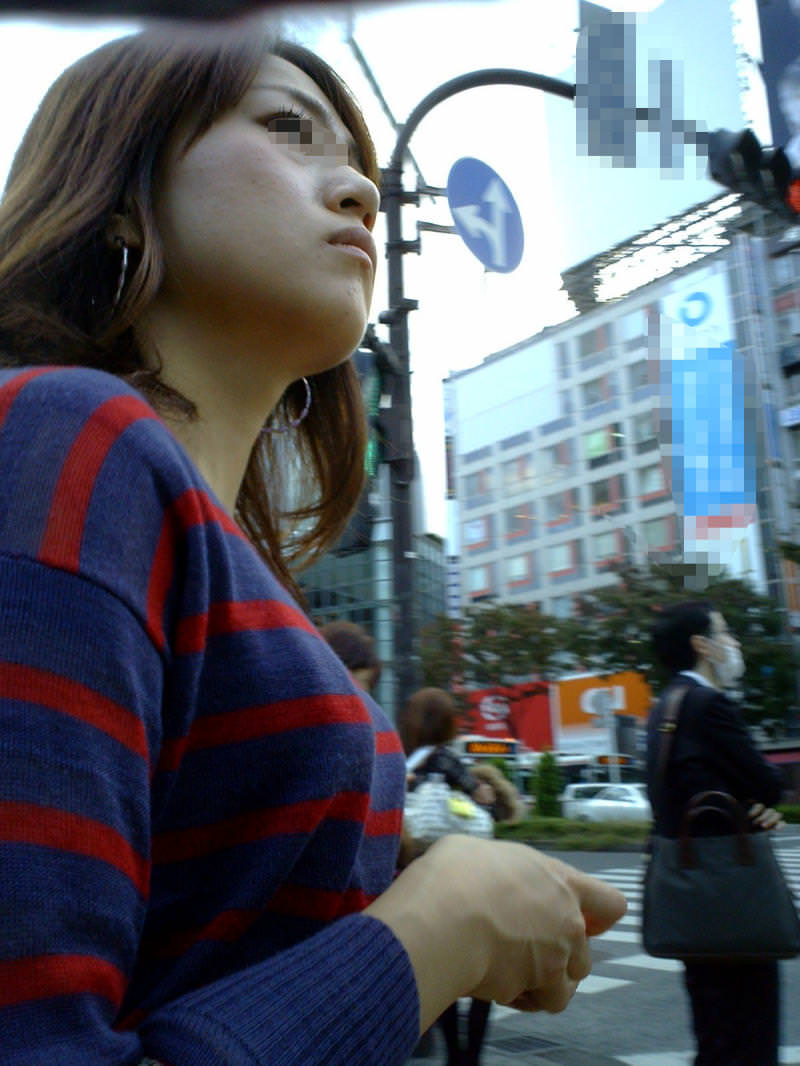 着衣おっぱいという強烈にエロい素人を盗撮街撮りエロ画像 0838