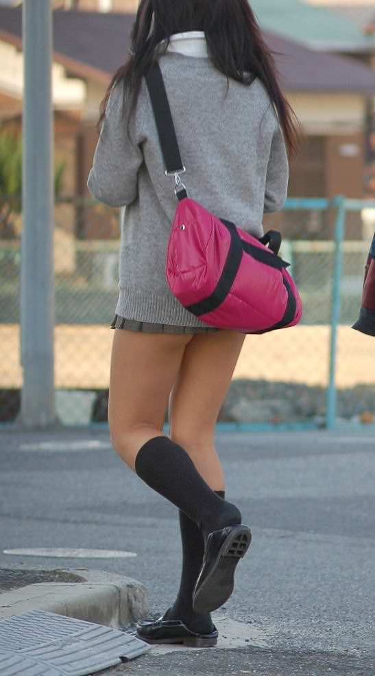 【盗撮画像】制服姿の女子校生の発育最高なむっちり太もも街撮りwww 0901