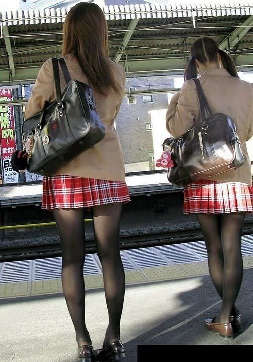 【盗撮画像】制服姿の女子校生の発育最高なむっちり太もも街撮りwww 0906