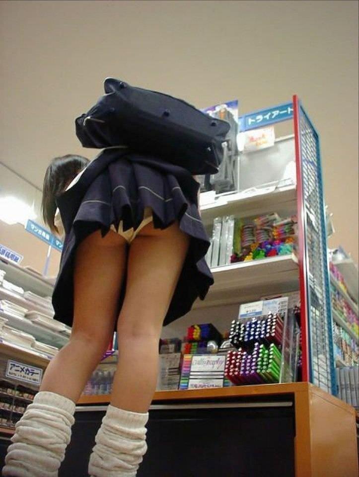 【盗撮画像】制服姿の女子校生の発育最高なむっちり太もも街撮りwww 0910