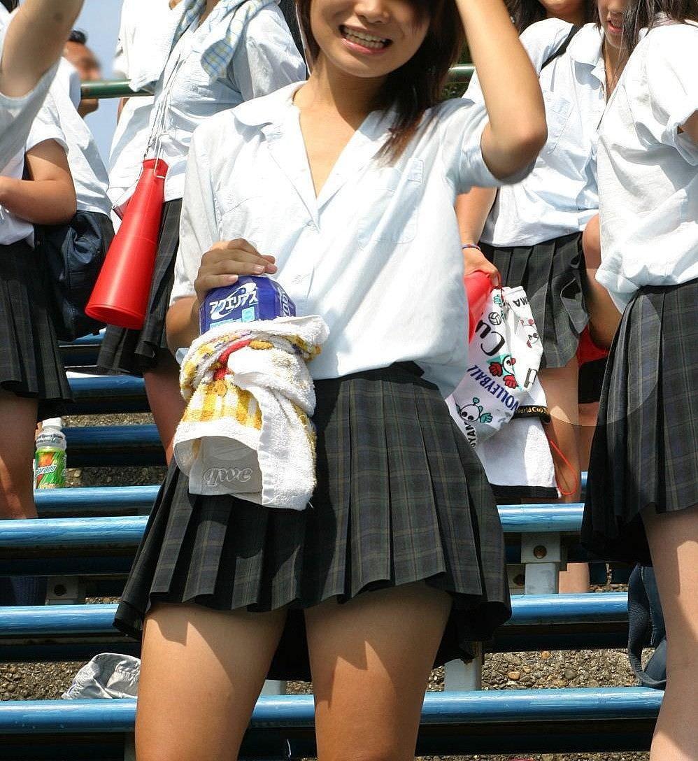 【盗撮画像】制服姿の女子校生の発育最高なむっちり太もも街撮りwww 0911