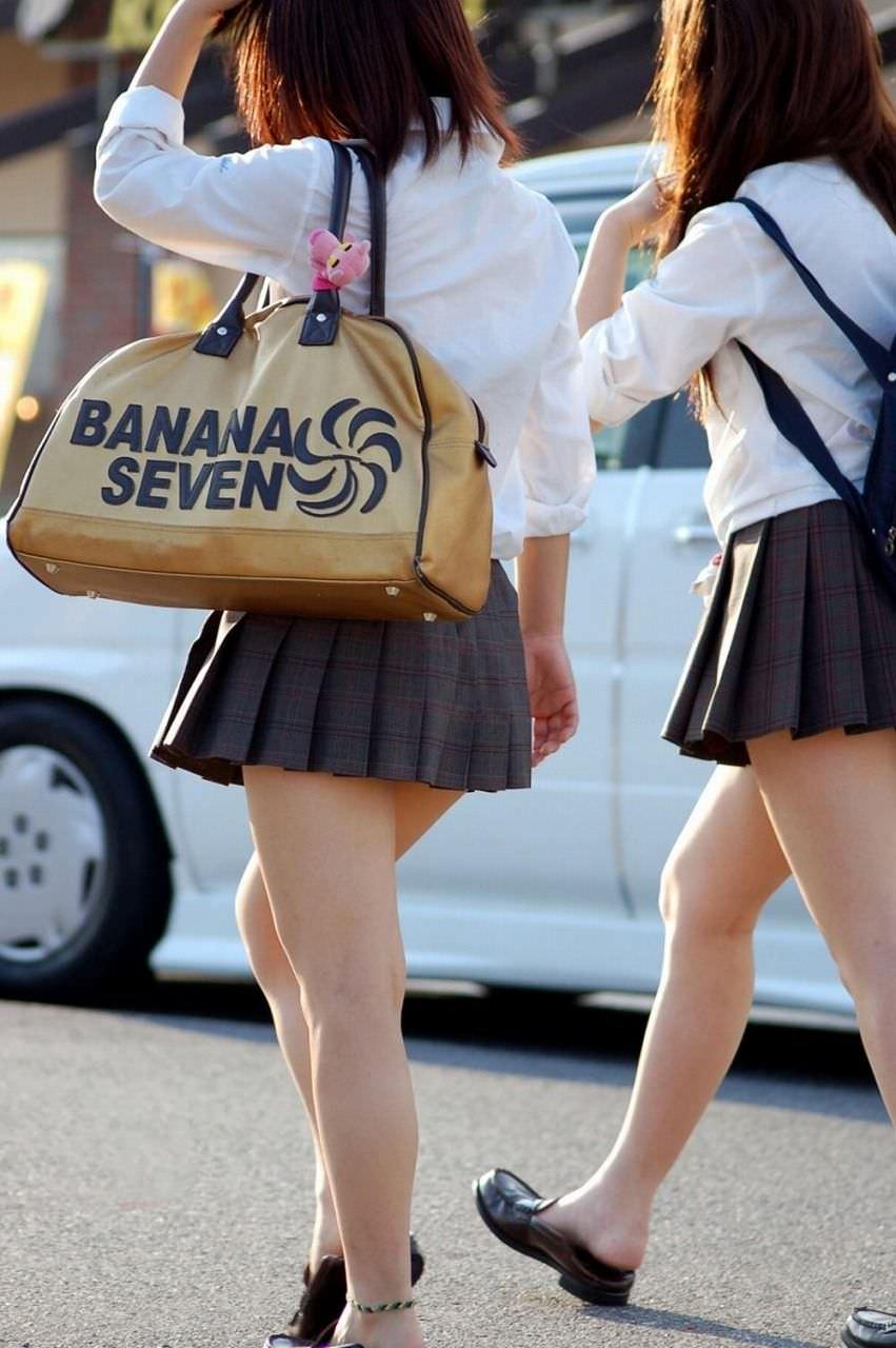 【盗撮画像】制服姿の女子校生の発育最高なむっちり太もも街撮りwww 0912