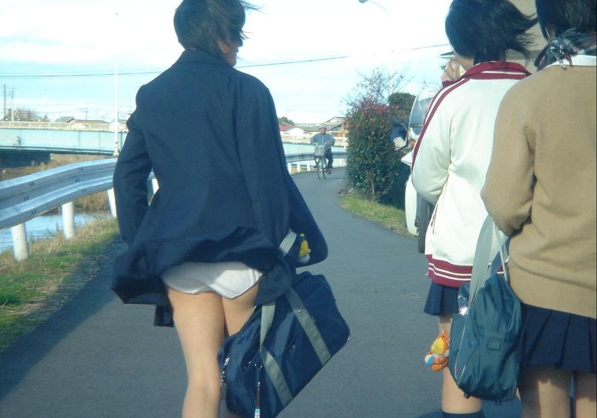 【盗撮画像】制服姿の女子校生の発育最高なむっちり太もも街撮りwww 0915