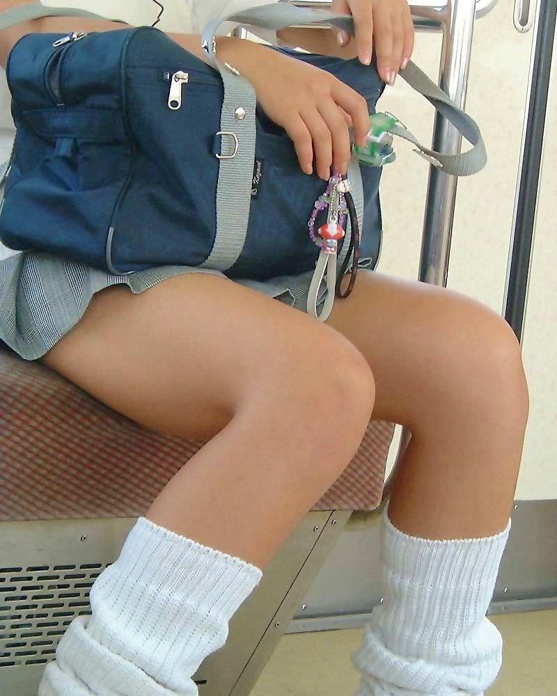 【盗撮画像】制服姿の女子校生の発育最高なむっちり太もも街撮りwww 0916