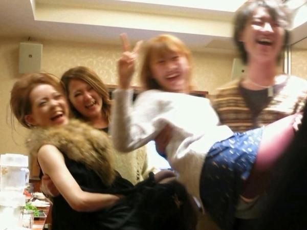 大学のサークル飲み会で酔った女達おっぱい揉んだり乱れ過ぎwww 01 16