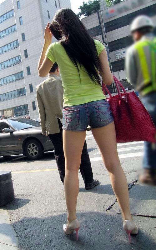 セクシーな素人娘の太ももがエロい街撮りホットパンツwww 2642