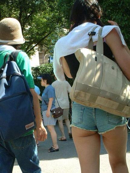 セクシーな素人娘の太ももがエロい街撮りホットパンツwww 2645