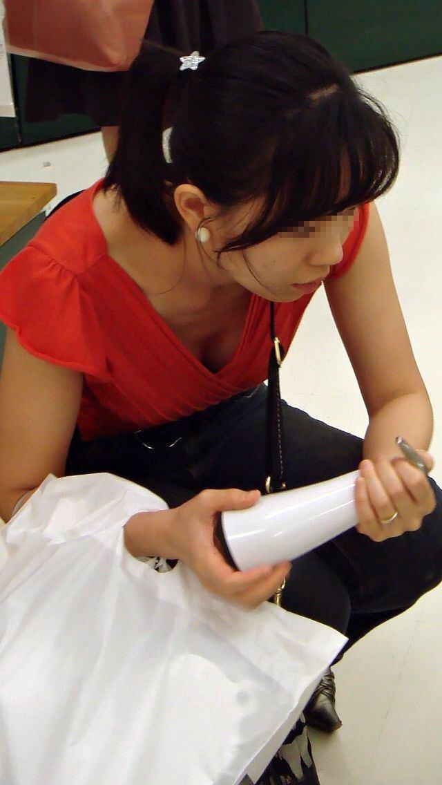 【盗撮画像】素人のたぷたぷおっぱいの胸チラが最高過ぎるwww 0303