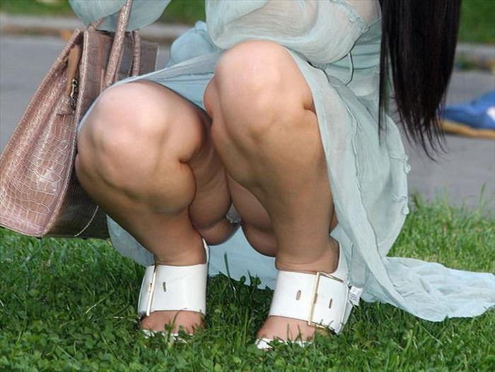 ぷっくりモリマン土手マンコが分かるパンチラ画像www 0323