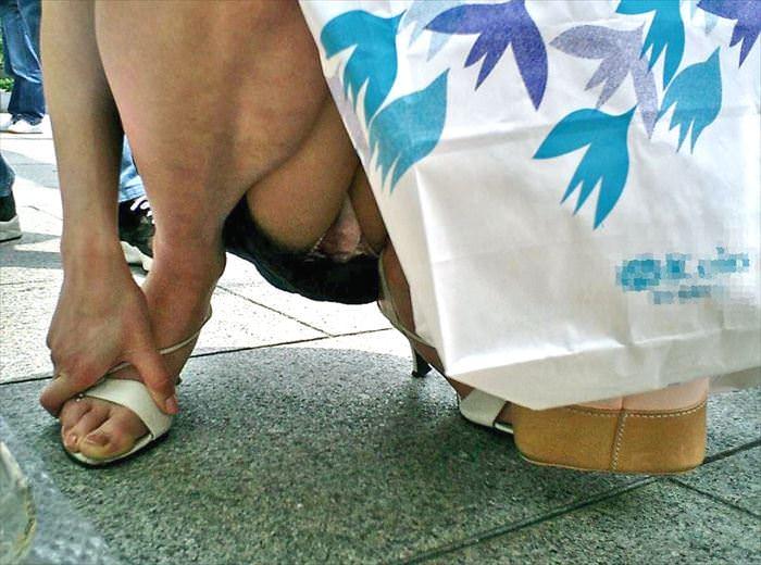 ぷっくりモリマン土手マンコが分かるパンチラ画像www 0327