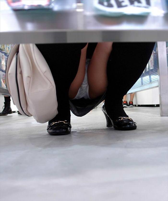 ぷっくりモリマン土手マンコが分かるパンチラ画像www 0328