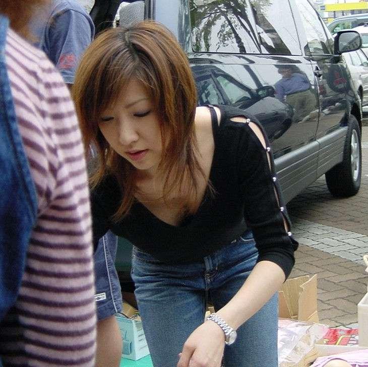 乳首とか乳房が丸見えな若妻の街撮り胸チラおっっぱい画像www 0520