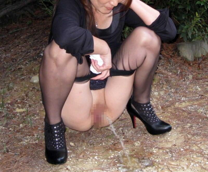子供に内緒で野外露出の放尿プレイを楽しむ変態人妻www 0628