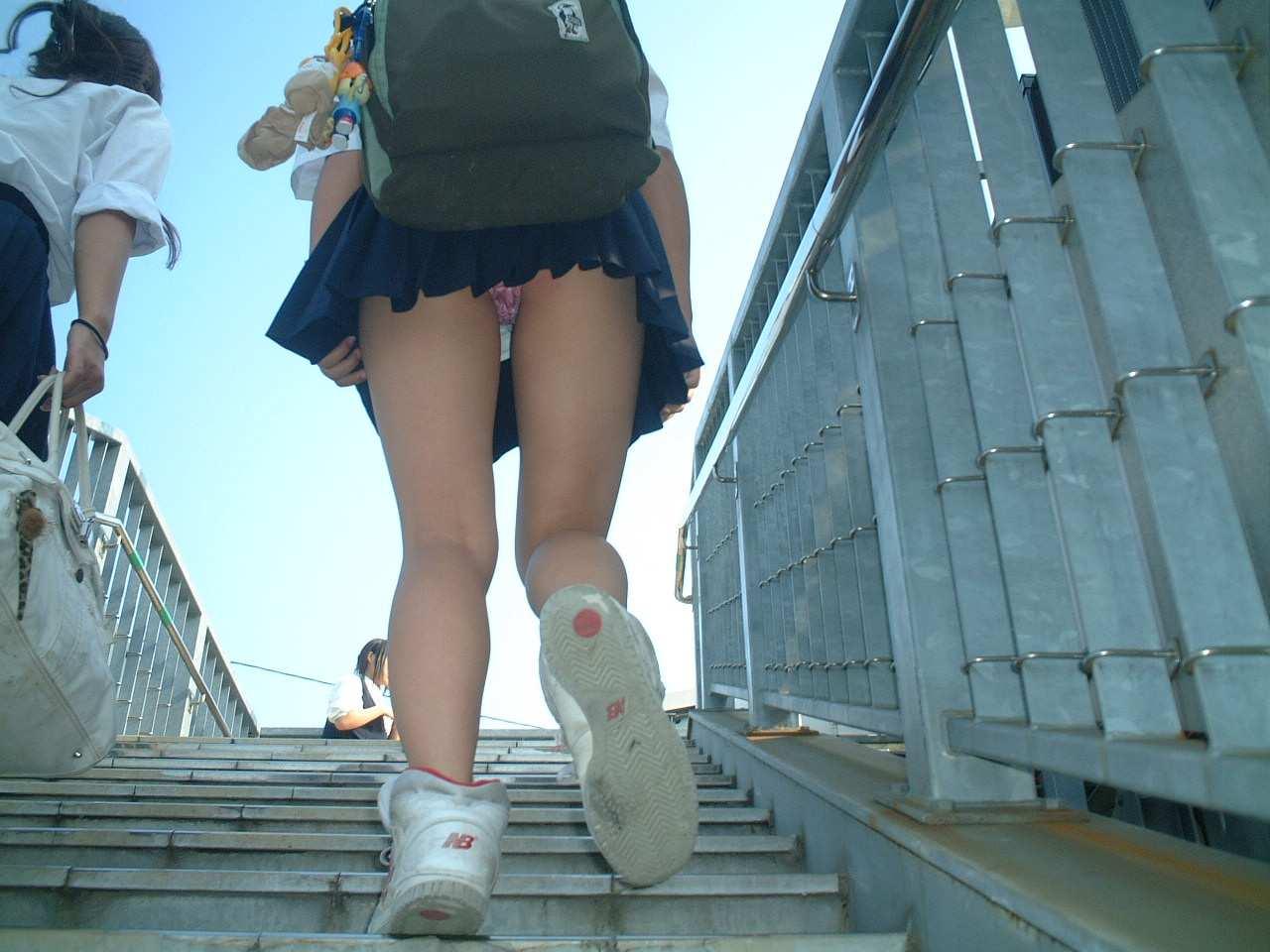 制服jkのパンティーを街撮り盗撮したパンチラ画像www 1010