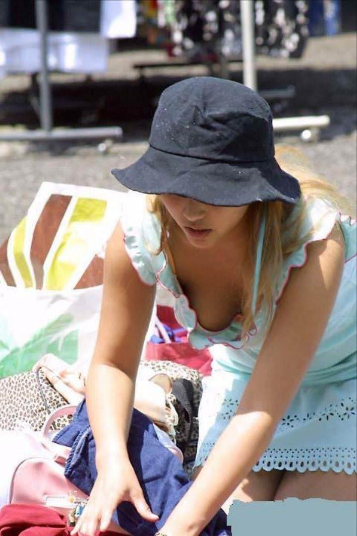乳首とか乳房が丸見えな若妻の街撮り胸チラおっっぱい画像www 1020 1