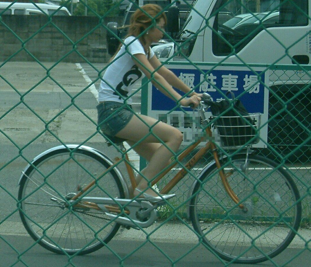 女の子は自転車乗ってるだけでエロいwwwオナニー捗るオカズ画像www 1220