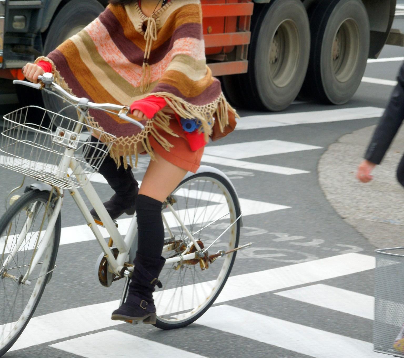 女の子は自転車乗ってるだけでエロいwwwオナニー捗るオカズ画像www 1229