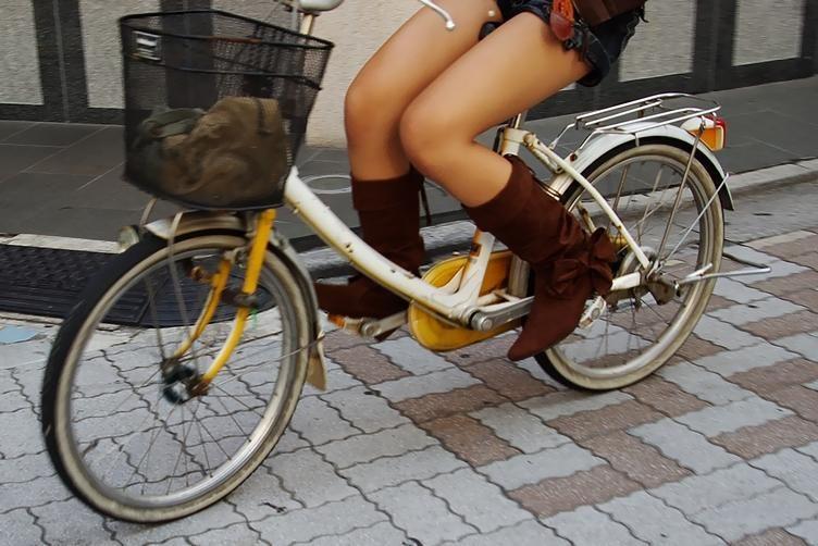 女の子は自転車乗ってるだけでエロいwwwオナニー捗るオカズ画像www 1244